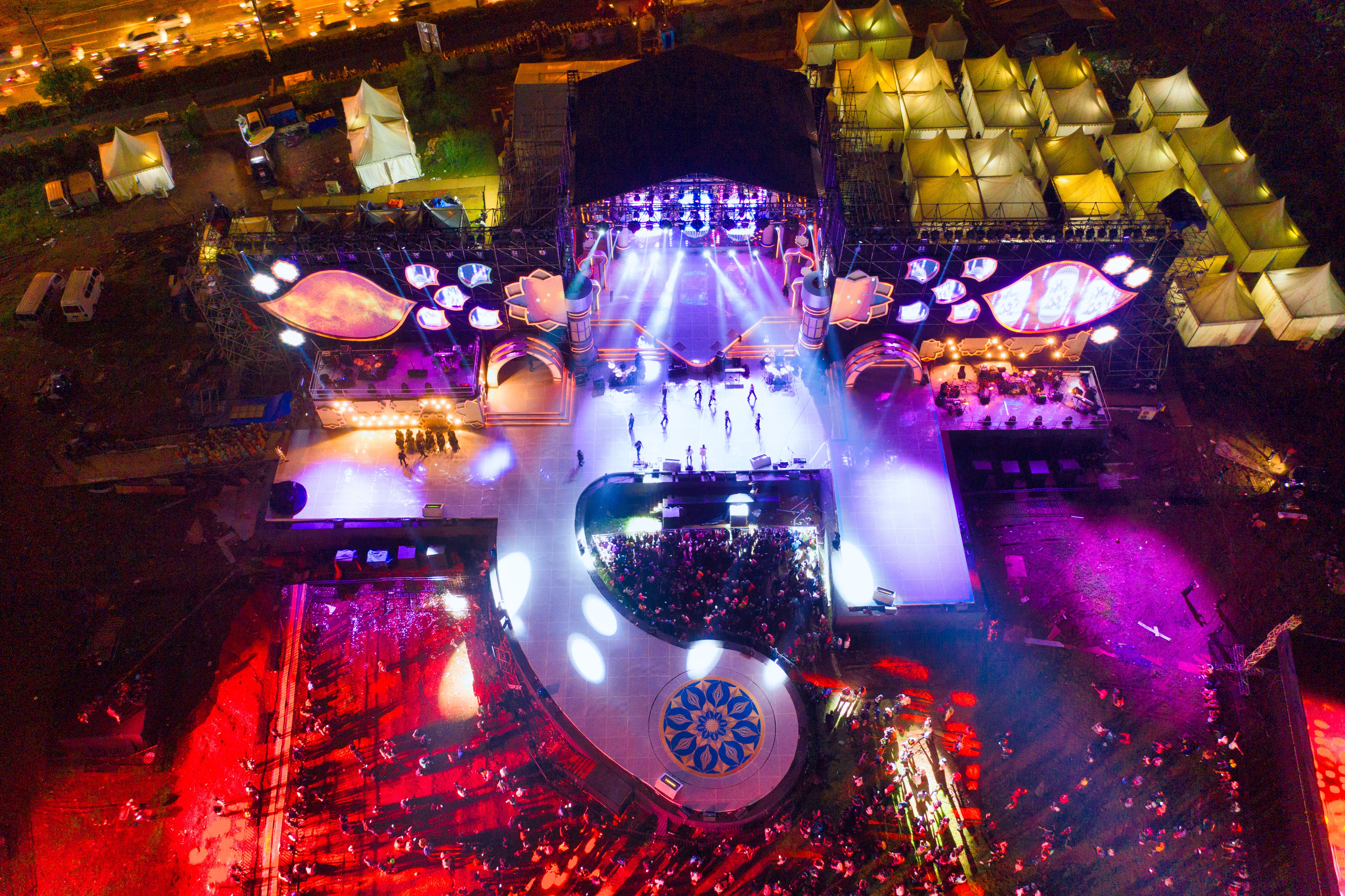 Aerial view of stage and audience during live event | Global agency, BCD Meetings & Events
